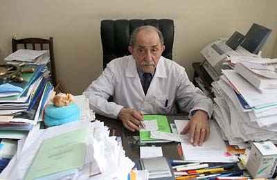 Академик Гершанович в своем кабинете